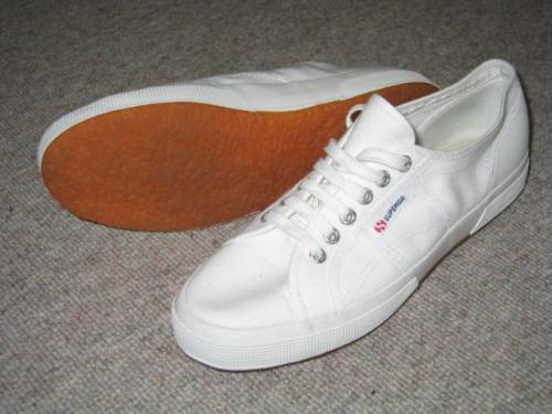 Как удалить с белой обуви черные полосы. Как убрать черные полосы с обуви