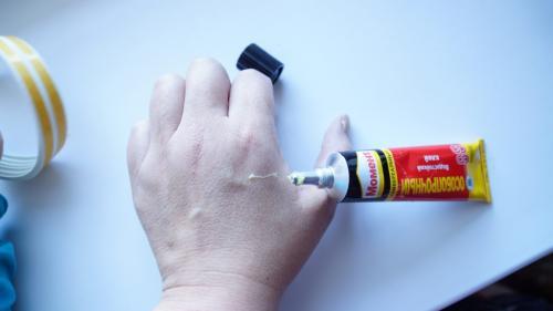 Чем снять с рук клей супер момент. Чем оттереть суперклей с пальцев: очистка рук от засохших следов