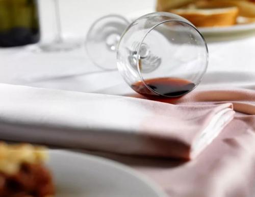 Чем отстирать пятна от красного вина на белом. Чем и как отстирать красное вино: способы вывести пятно от вина