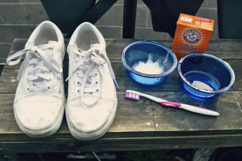 Как отстирать белые кроссовки в сетку. Особенности стирки белых кроссовок и кед